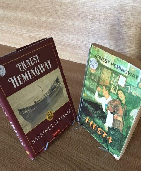 """Duelul cărților: """"Fiesta"""" vs. """"Bătrânul și marea"""" de Ernest Hemingway"""
