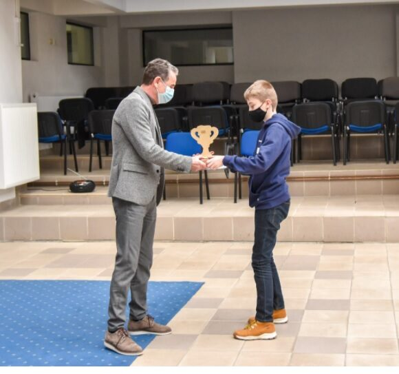 Elevii din Onești care au luat locul I la Târgul Național de Știință, au fost premiați de administrația locală