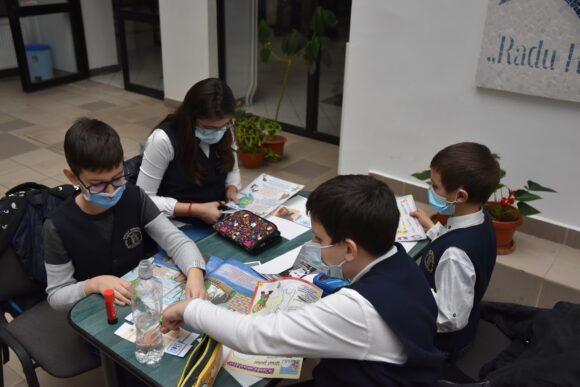 """""""Laboratorul Dada"""" de la Biblioteca Rosetti Onești. Așa am sărbătorit Ziua Internațională a Poeziei"""