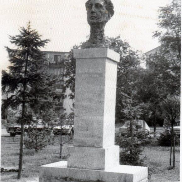 Știți când a fost amplasat bustul din bronz al scriitorului George Călinescu, în parcul, cu același nume, din Onești?