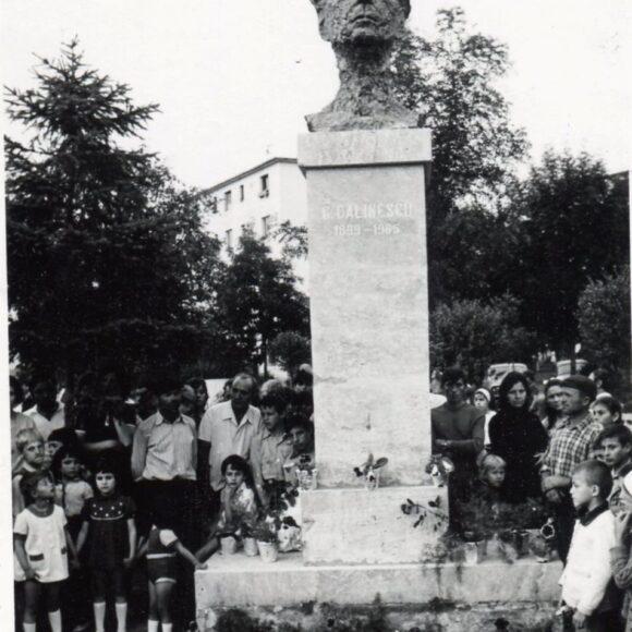 Știți cum a fost,  în 1977,  la Onești, inaugurarea bustului din bronz al scriitorului George Călinescu?